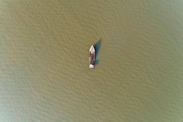 Schiffbruch im drohnenschuß des andamansee-hohen winkels