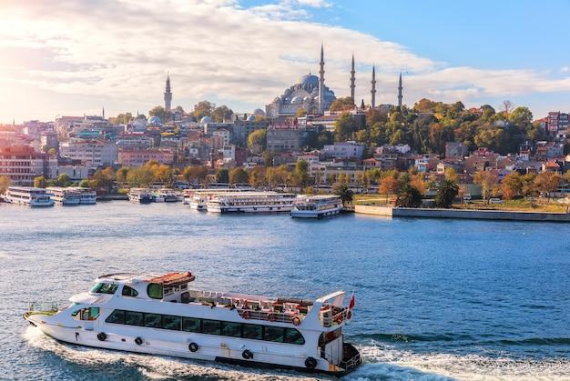 Schiffe im bosporus, eminonu pier und der süleymaniye-moschee, istanbul.