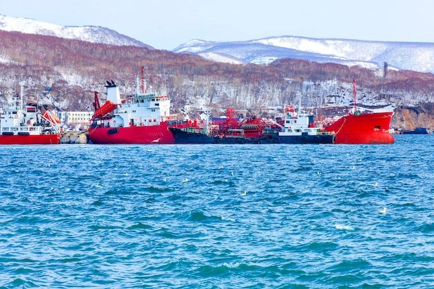 Schiffe in der nähe des piers im seehafen von kamtschatka.