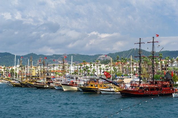 Schiffe mit masten in der bucht von marmaris.türkei
