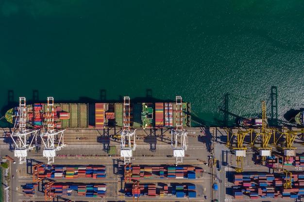 Schifffahrtshafen und schifffahrt be- und entladen von frachtcontainern import und export auf internationaler see