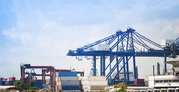 Schifffahrtskran und containerschiff im exportautoimport und im wassertransport der logistikindustrie