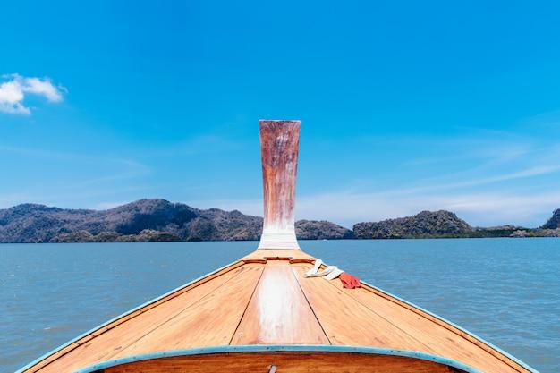 Schiffs-nase front view long tail-boot in meer asien thailand. kopf langschwanzboot auf dem meer und berg hochsaison touristen sommerurlaub.
