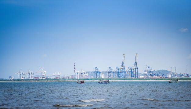 Schiffsfrachtkran und containerschiff im export- und importgeschäft und logistik im hafen
