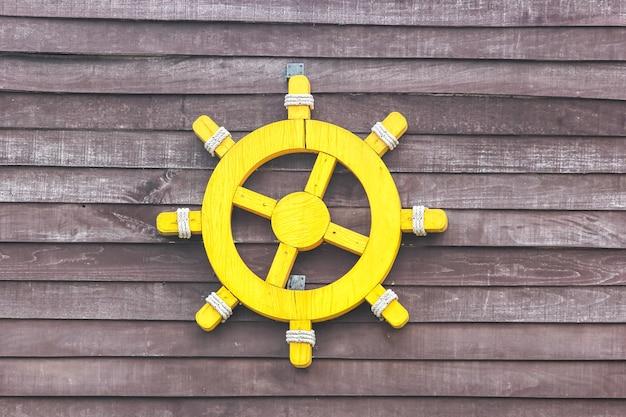 Schiffslenkung dekorativ an der wand