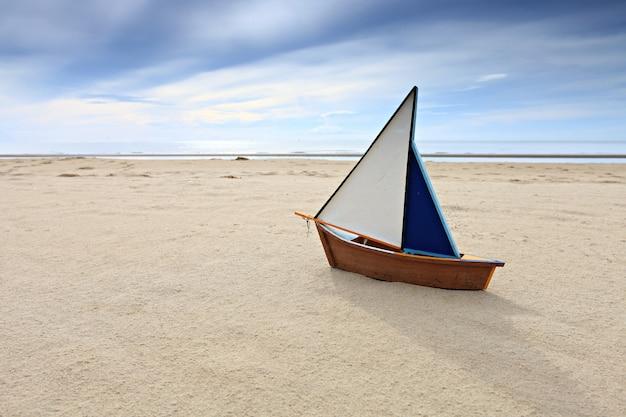 Schiffsmodell auf sonnigem strand des sommers
