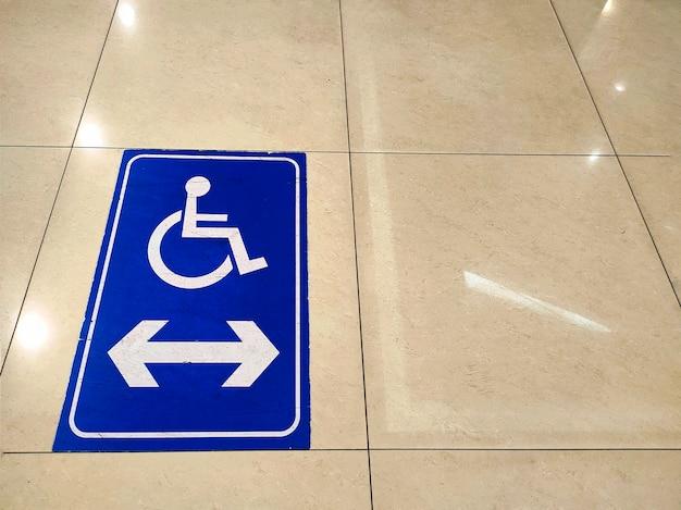 Schild für behinderte oder rollstuhlfahrer behindertengerechtes wegschild auf dem boden universelles design für alle menschen