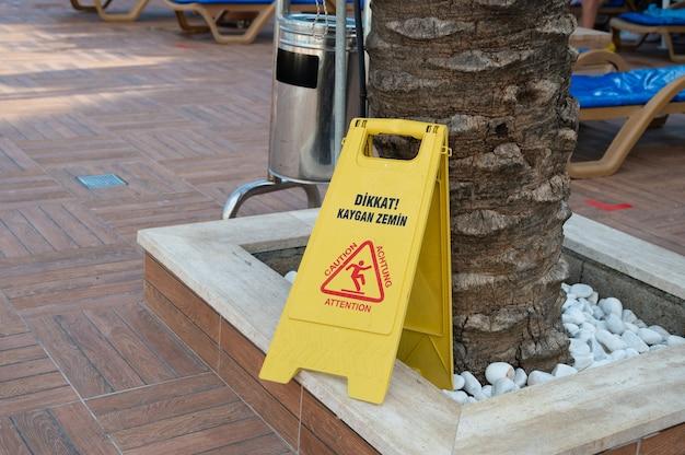 Schild mit warnung vor nassem boden. foto in hoher qualität