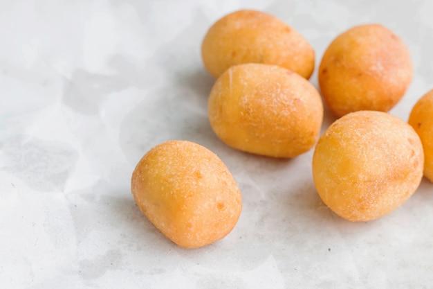 Schildkröteneier-süßigkeiten oder wachteleier, hergestellt aus süßkartoffeln, mischen weizenmehl und dann bratöl.