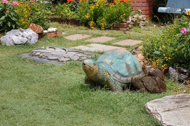 Schildkrötenstatue im park.