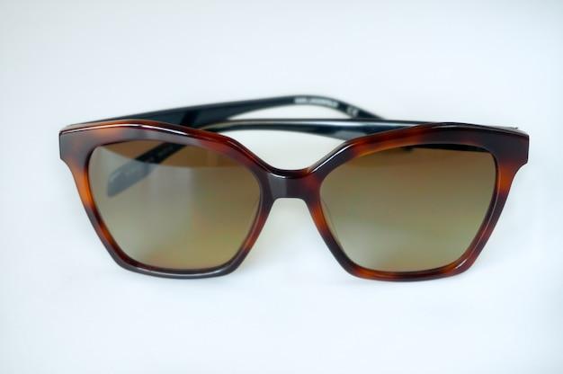 Schildpatt-art-sonnenbrille auf weißem hintergrund