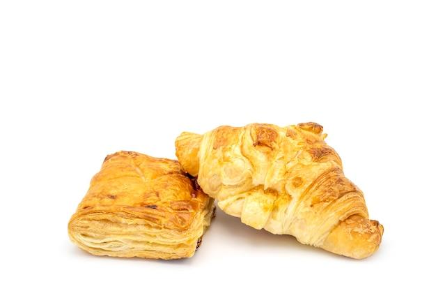 Schinken-käse-croissant und chicken pie isoliert auf weißem hintergrund