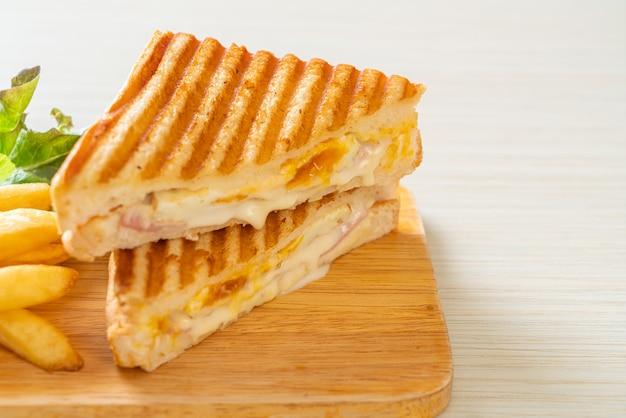 Schinken-käse-sandwich mit ei und pommes