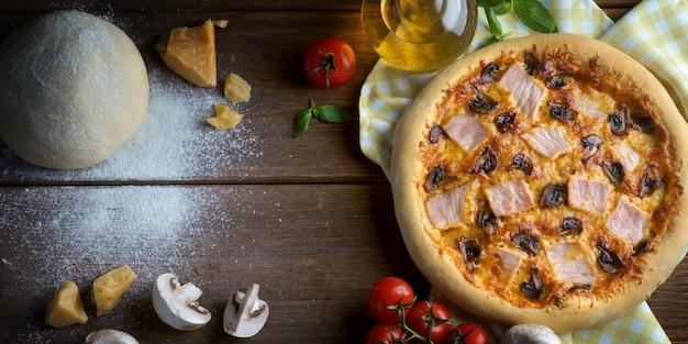 Schinken-pilz-pizza mit zutaten