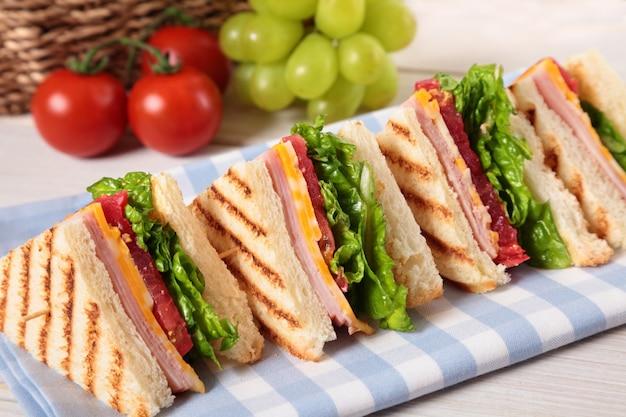 Schinken und käse club sandwich in einer reihe