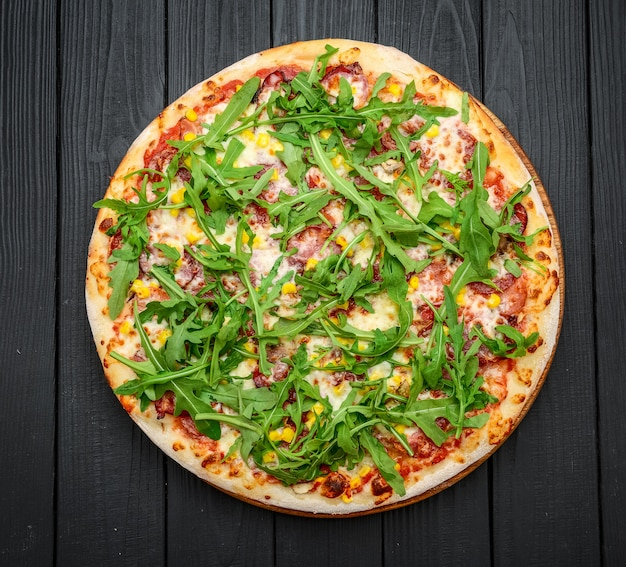 Schinken- und rucola-pizza mit marinara-soße