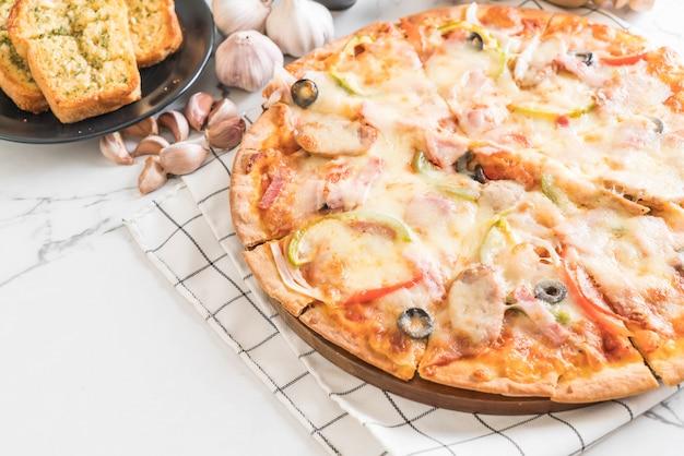 Schinken- und wurstpizza