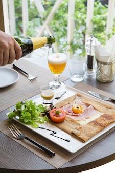 Schinkenkäse und eierkrepp auf dem tisch