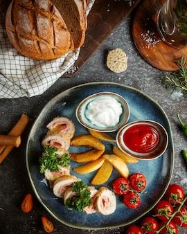 Schinkenröllchen mit kartoffeln und ketchup