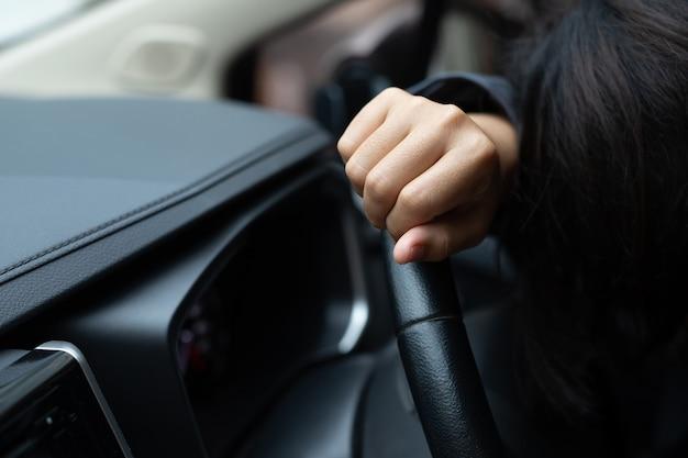 Schläfrige, schläfrige oder bewusstlose frauen sind gefährlich beim autofahren.