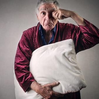Schläfriger alter mann
