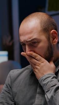 Schläfriger geschäftsmann, der überstunden im management-firmen-deadline-projekt macht
