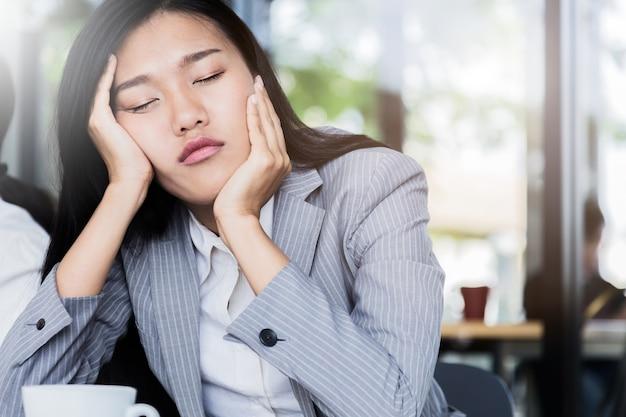 Schläfriger und fauler business-asiatin-schlaf bei der sitzung
