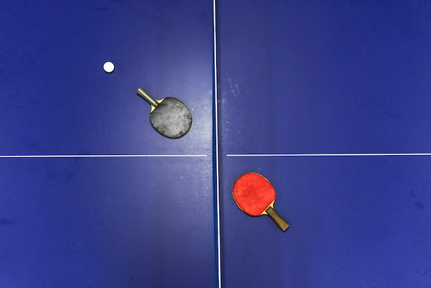 Schläger auf einer tischtennisplatte