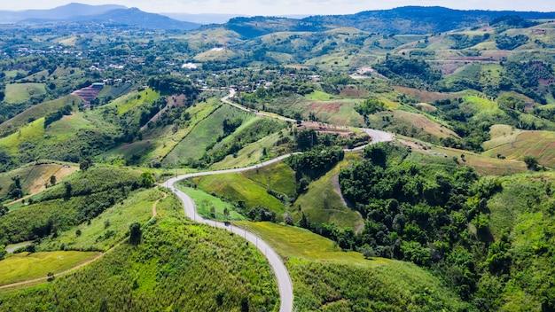Schlängeln sie sich straße nr. 12, die die stadt auf der grünen bergspitze in thailand anschließt