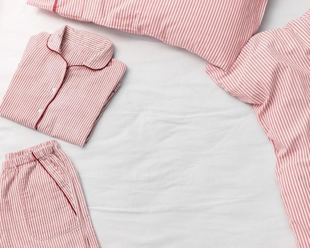 Schlafanzug für schlafanzüge auf bett, kissen und decke o