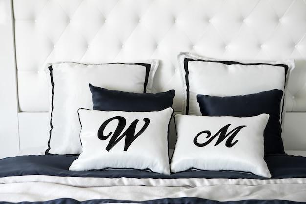 Schlafen sie komfortkomfortschlafzimmer der bettkissenfrau und des mannes stillstehender