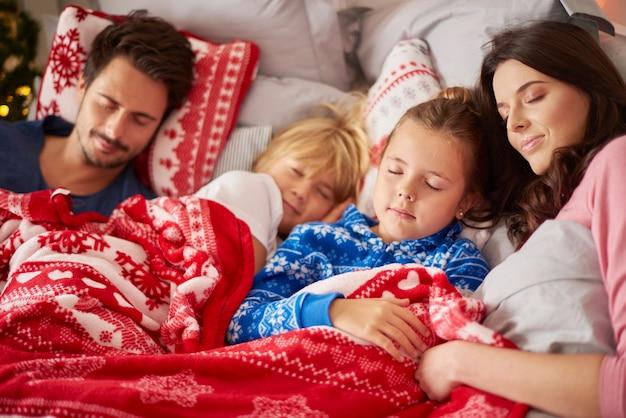 Schlafende familie am weihnachtsmorgen