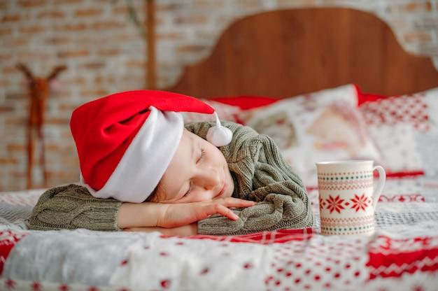 Schlafender junge an weihnachten