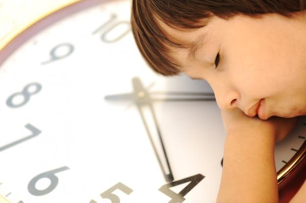 Schlafendes kind auf der uhr