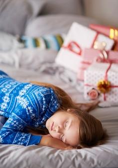 Schlafendes mädchen am weihnachtsmorgen