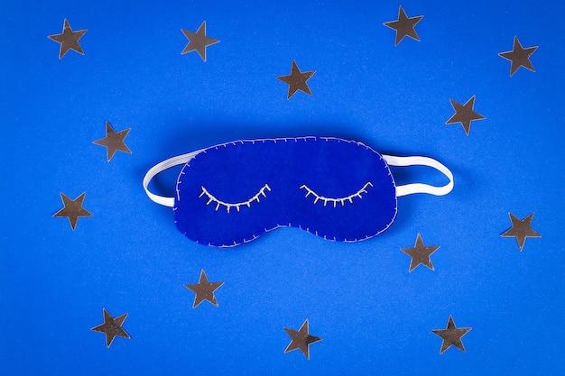 Schlafmaske handgefertigt aus filz, sterne auf blauem grund.