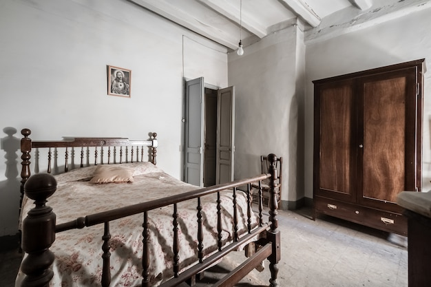 Schlafzimmer eines alten hauses mit rustikalen möbeln