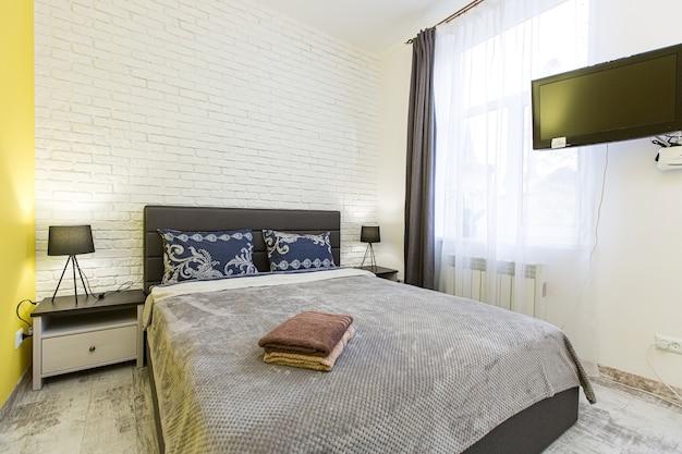 Schlafzimmer im modernen stil der innenfotografie mit großem bett