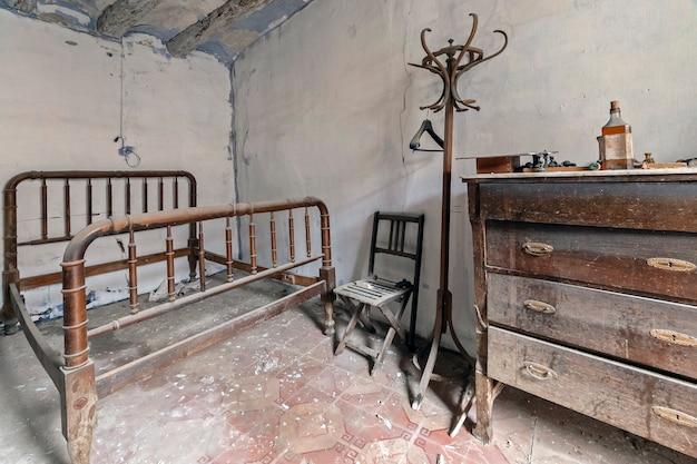 Schlafzimmer in einem verlassenen haus