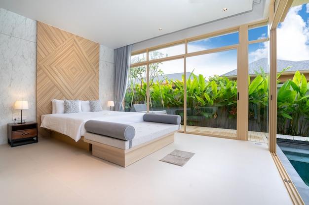 Schlafzimmer mit gemütlichem kingsize-bett im haus