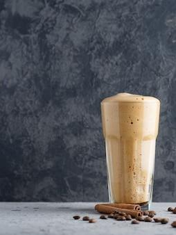 Schlagsahne instantkaffee süß und lecker dessert in einem glas glas