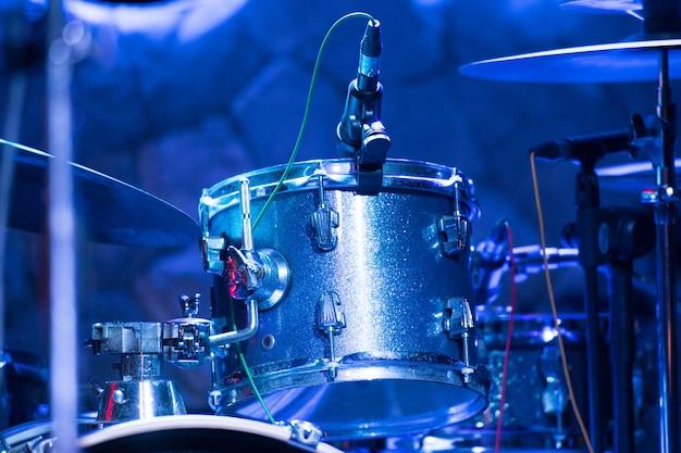 Schlagzeug auf der bühne in einem konzertsaal