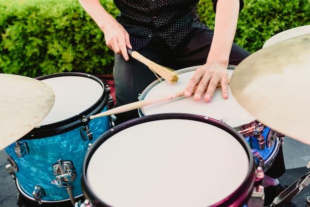Schlagzeug, das von schlagzeuger gespielt wird