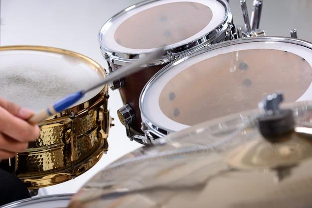 Schlagzeug isoliert.