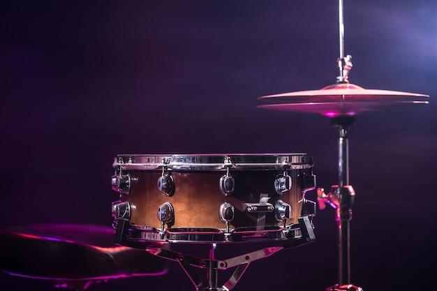 Schlagzeug und schlagzeug. schöner blauer und roter hintergrund mit lichtstrahlen