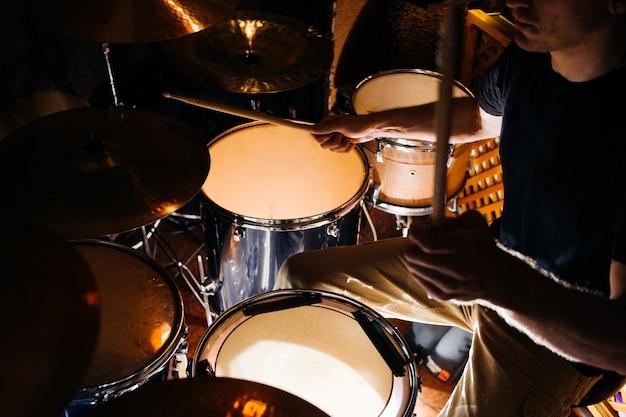 Schlagzeug während der konzertnahaufnahme