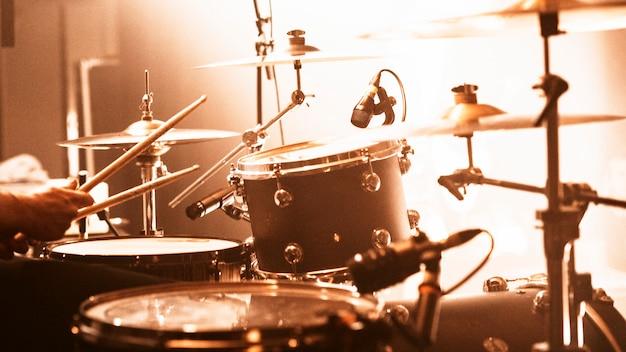 Schlagzeuger bei einem rockkonzert
