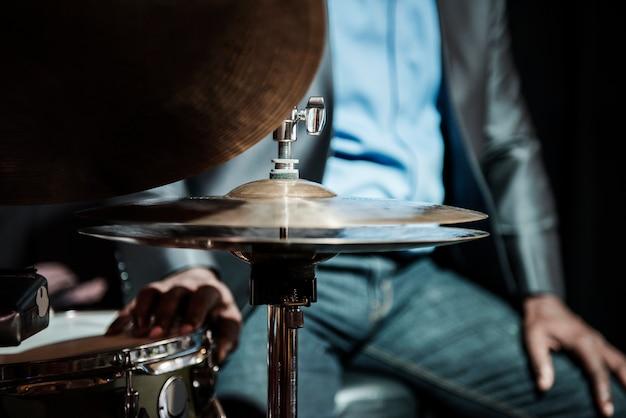 Schlagzeuger, der in einem ereignis durchführt
