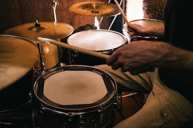 Schlagzeuger, der musik am schlagzeug aufnimmt