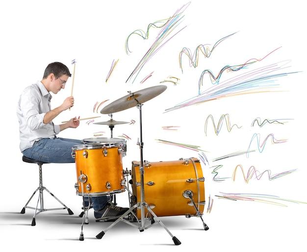 Schlagzeuger, der noten produziert